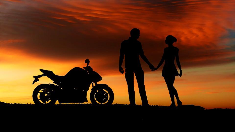 coucher de soleil à moto